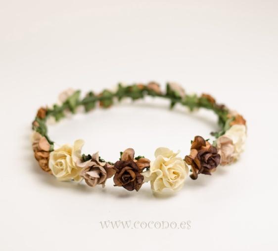 corona de florecitas en tonos tostados